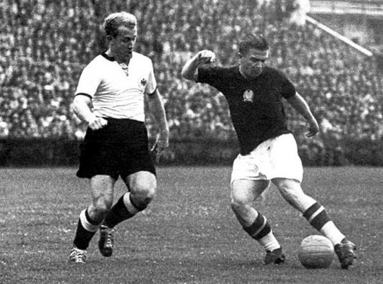 Un dribbling di Ferenc Puskàs con la maglia dell'Ungheria
